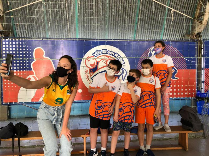Capa da notícia - Prata olímpica, Roberta visita projeto onde iniciou no vôlei