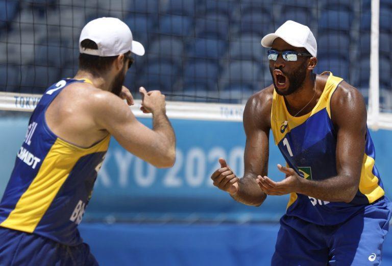 Capa da notícia - Tóquio: Evandro e Bruno Schmidt vencem na estreia e vôlei de praia brasileiro segue 100%