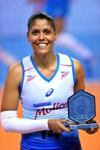 Diana recebe o troféu de MVP. Foto: João Pires/Fotojump