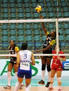 Mari Helen (13) em ação durante jogo da Superliga (Foto: July Stanzioni/SM Press)