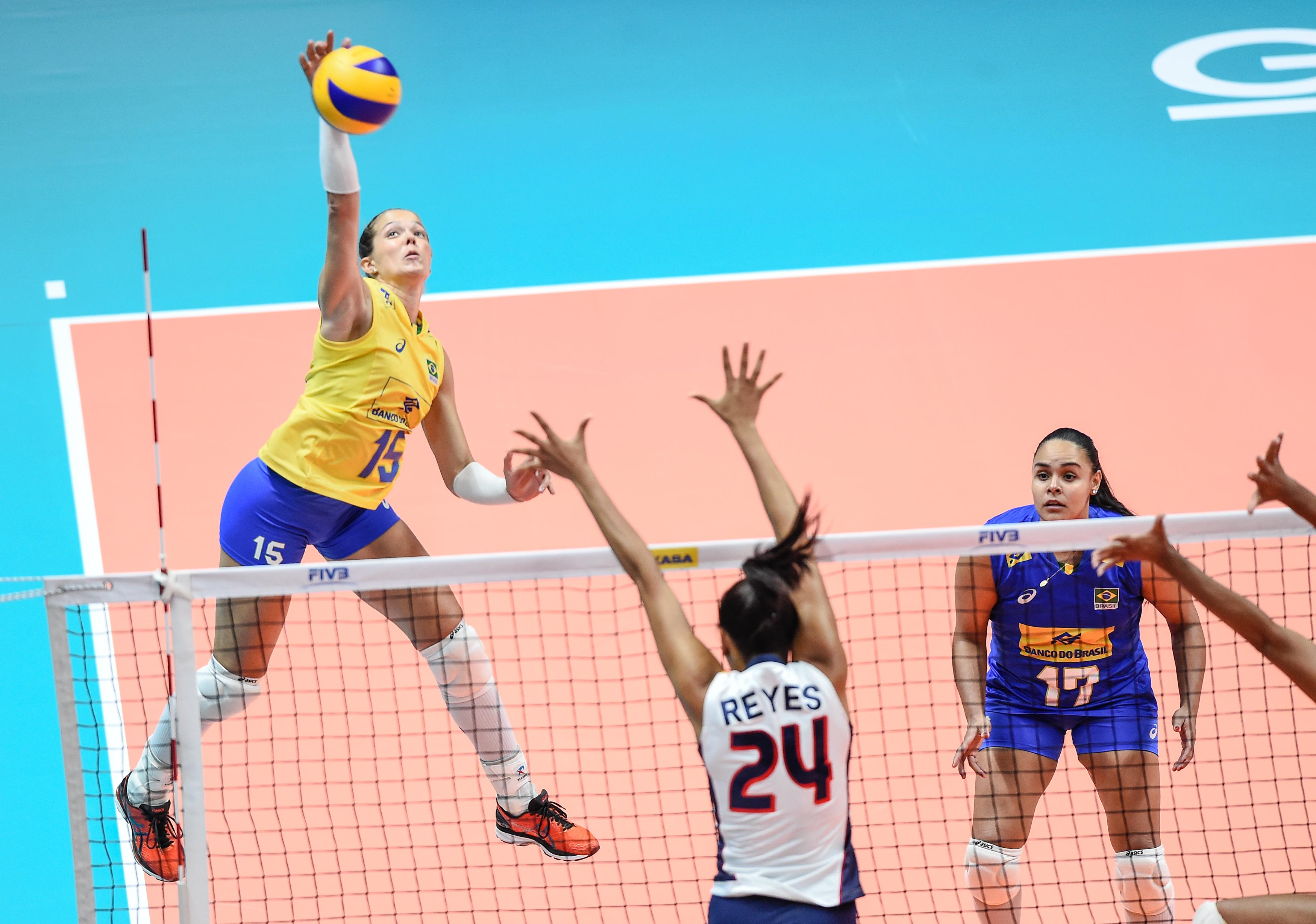 Monique ataca contra o bloqueio da República Dominicana (Divulgação FIVB).  A seleção brasileira feminina ... 70be34711fb4b
