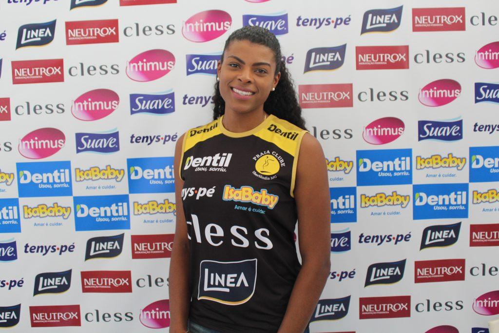 Fernanda Garay chega em Saquarema e se apresenta à seleção